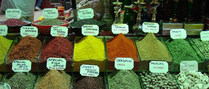 Un banco con vari tipi di spezie in un bazar turco