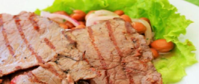 Fette di carne di cavallo con insalata