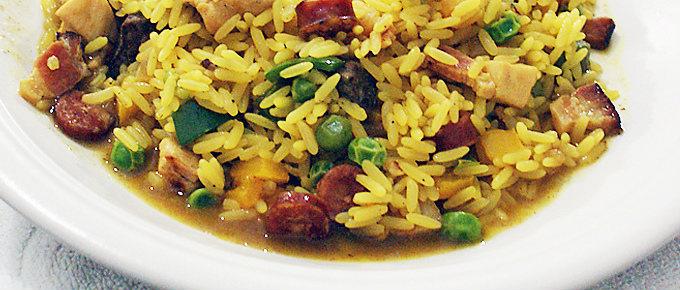 Paella campeira con carne, pesce e verdure.
